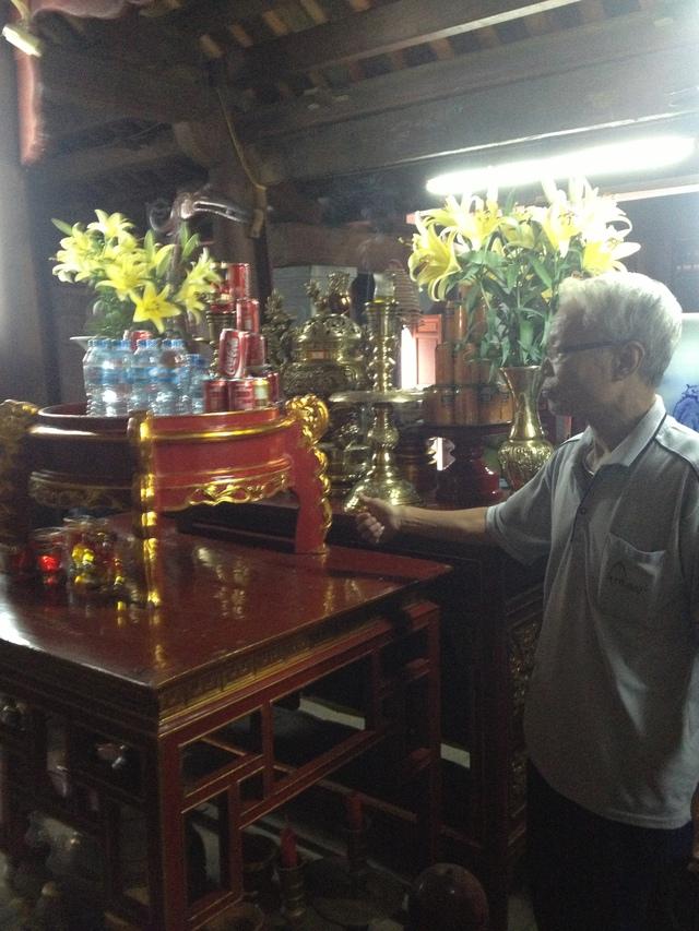 Cụ Nguyễn Ngọc Khảm chỉ cho phóng viên nơi đã từng đặt 4 pho tượng đồng cổ đã bị biến mất