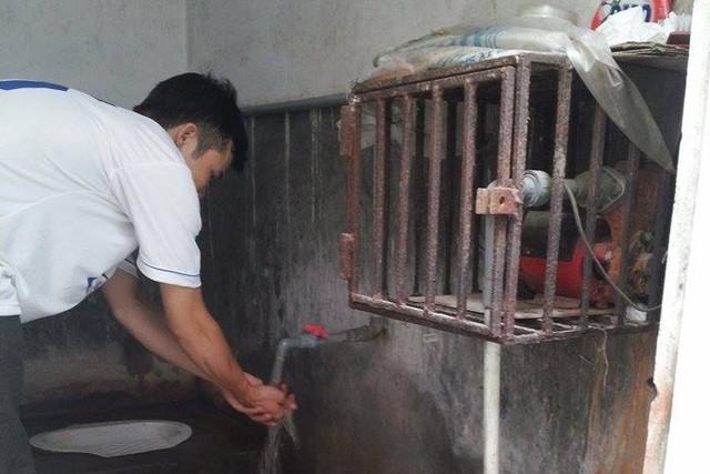 Chủ phòng trọ ở 246 Định Công (quận Hoàng Mai) khoan giếng ngay trong nhà vệ sinh để lấy nướcsinh hoạt.  Ảnh: H.Phương