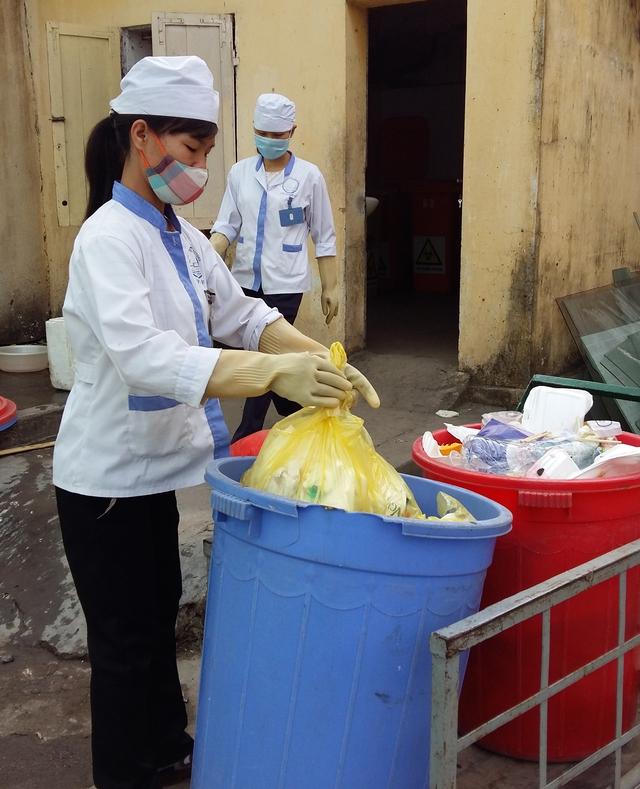 Việc thu gom chất thải y tế tại Bệnh viện Hữu nghị Việt - Tiệp luôn được đảm bảo đúng quy trình, có sự giám sát. Ảnh:Minh Lý