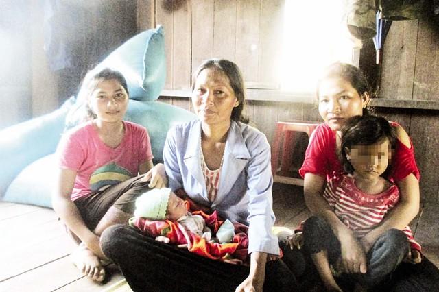 """Dù đã làm bà của 4 đứa cháu ngoại, người phụ nữ này vẫn """"vô tư"""" sinh tiếp cô con gái thứ 7. Ảnh: N.Mai"""
