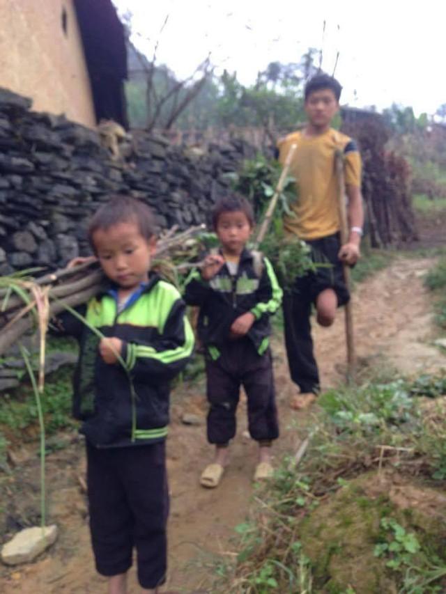 Ba cha con anh Sùng Chứ Lùng đang rất khốn khó trước mùa đông giá lạnh. Ảnh:PV