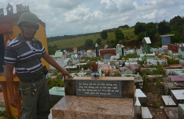 """Tấm biển: """"Xin đừng vứt bỏ…"""" được xây dựng cố định đặt ngay đầu khu mộ Đồng nhi."""