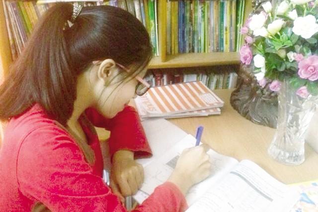 Dù kỳ thi THPT Quốc gia 2016 còn đến 8 tháng nữa, nhưng với Minh Hạnh, HS lớp 12 ở Hà Nội đã phải tăng tốc học thêm, ôn thi. Ảnh: Q.Anh