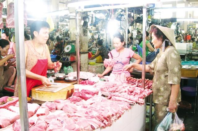 Người dân cẩn trọng hơn khi chọn thịt lợn ở chợ. Ảnh: N.Mai