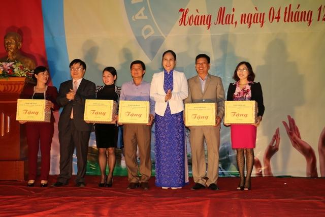 Trao quà cho trung tâm DS/KHHGĐ 5 huyện vùng ven biển Nghệ An