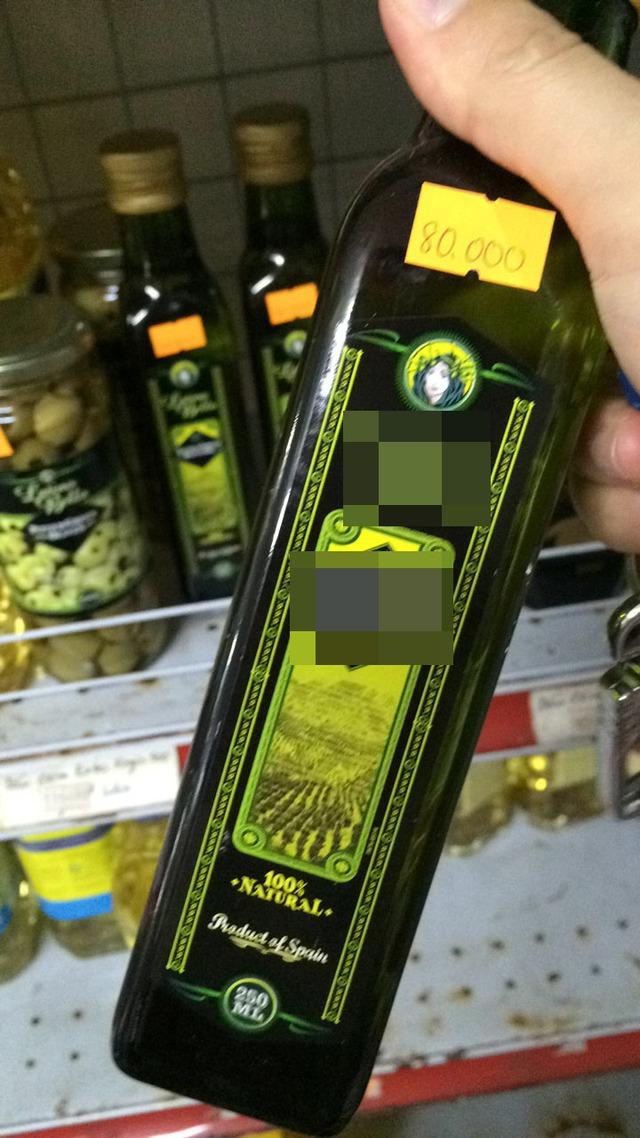 Chai dầu oliu có mác nhập khẩu Tây Ban Nha, loại 250mlcó giá 80.000đ/chai ở siêu thị.