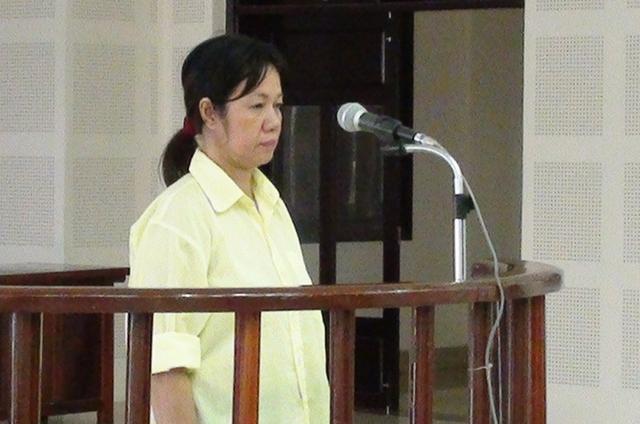 Bị cáo Lê Thị Tuyết Nhung ân hận trước việc mình làm trong phiên tòa sơ thẩm ngày 15/9. Ảnh Đức Hoàng