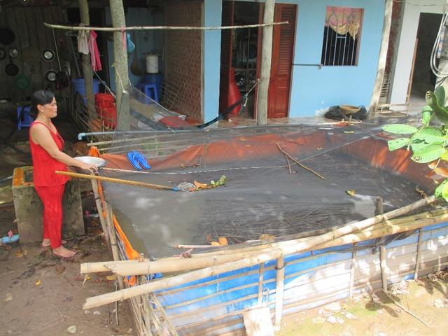 """Nhờ tham gia dự án """"Sức sống Mê Kông"""", chị Thủy đã sửa sang nhà cửa, mua xe máy cho chồng có phương tiện đi làm, đồng thời mở rộng chăn nuôi"""