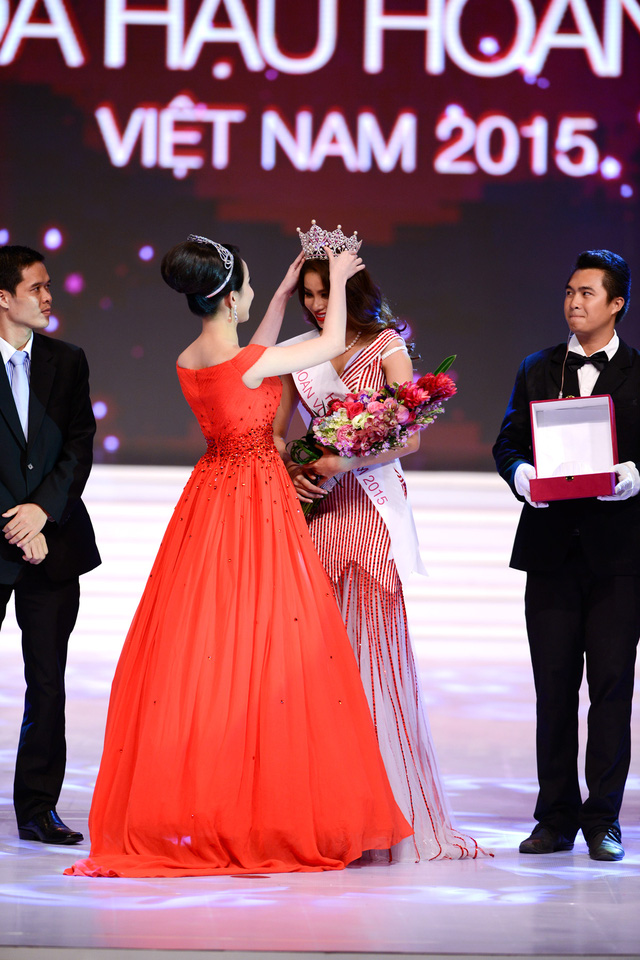 Hoa hậu Thùy Lâm trao vương miện cho tân hoa hậu