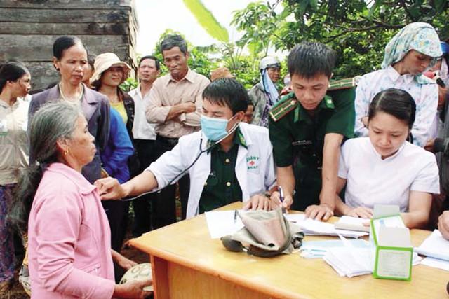 Phòng khám kết hợp quân dân y đã thực sự phát huy được hiệu quả trong việc tư vấn sức khỏe. Ảnh: Vt