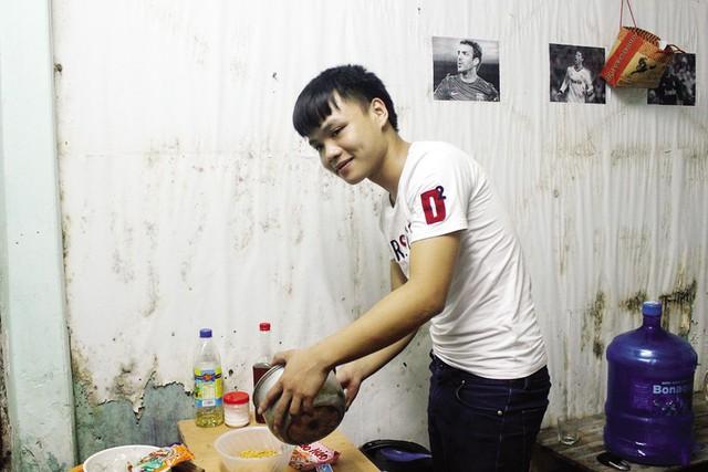 """Sinh viên Nguyễn Việt (Hòa Bình) """"đau đầu"""" vì mọi thứ đều tăng giá, trong đó có học phí. Ảnh: Q.Anh"""