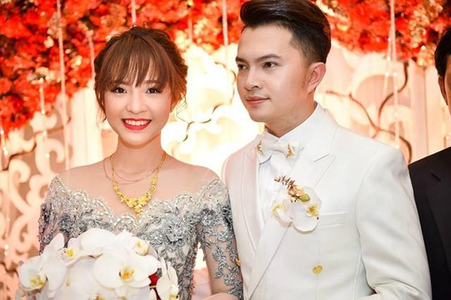 Bà xã Nam Cường nhận được nhiều lời khen về nhan sắc trong hôn lễ. Khi gửi thiệp cưới đến khách mời, vợ chồng ca sĩ yêu cầu đồng nghiệp giữ kín thông tin, không được đăng tải trên trang cá nhân.