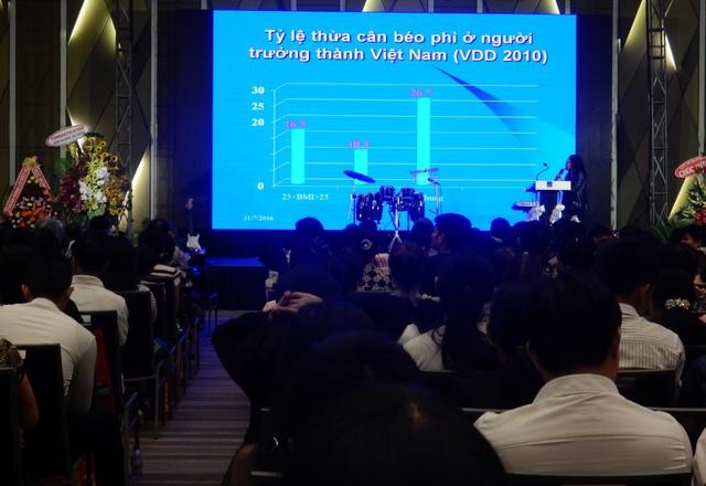 PGS-TS Nguyễn Thị Lâm, Phó Viện trưởng Viện Dinh dưỡng Quốc gia trình bày bài tham luận: Thực trạng bệnh liên quan dinh dưỡng và giải pháp can thiệp tại Hội thảo. Ảnh: Đức Hoàng