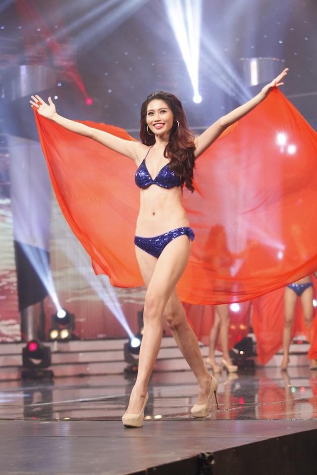 Bạn gái Quang Hùng trình diễn bikini trong đêm chung kết. Ảnh: NS