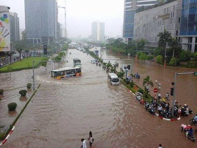 Ngập úng sau trận mưa lớn đêm 24/5 khiến giao thông khó khăn