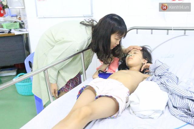 Chị Lưu Phương Thủy trấn an đứa con gái đầu của mình.