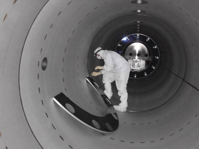 Một kỹ thuật viên làm việc trong cỗ máy dò laser LIGO đã phát hiện ra sóng hấp dẫn. Ảnh: Reuters