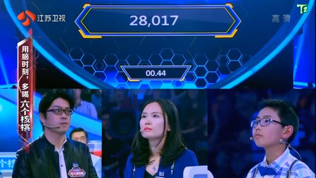 Các thí sinh trong chương trình Super Brain, phần thi đối đầu giữa đại diện đến từ Trung Quốc và Nhật Bản. Ảnh chụp màn hình
