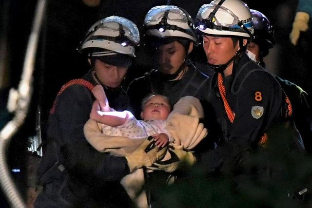 Hình ảnh 1 em bé 8 tháng tuổi được đưa ra khỏi đống đổ nát khiến bao người xúc động trước nỗ lực của lực lượng cứu hộ Nhật Bản.