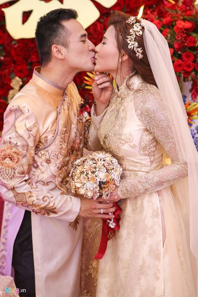 Cô dâu chú rể hôn nhau tình cảm trong ngày trọng đại. Lương Thế Thành từng chia sẻ, anh cảm nhận được Thúy Diễm sẽ là vợ, người mẹ tốt của con mình ngay trong thời gian đầu yêu nhau.