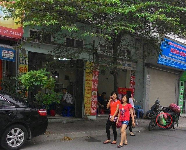 Xe chở cá từ chợ Dịch Vọng Hậu được chở đến 1 quán bún cá trong ngõ phố Cầu Giấy.