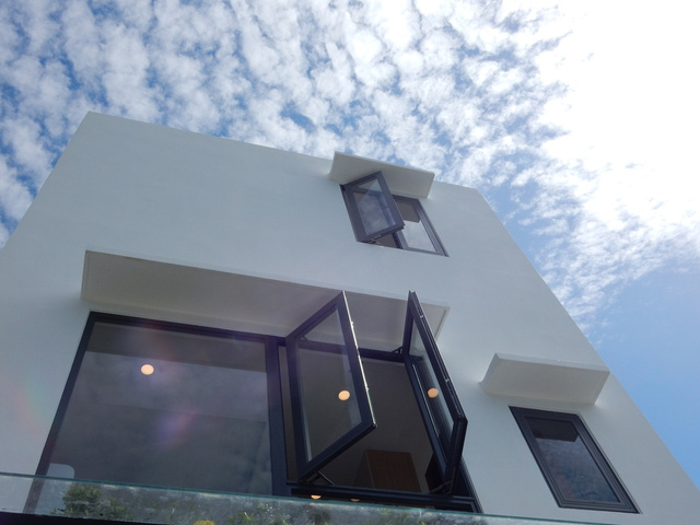 Phía sau ngôi nhà. Tất cả các cửa sổ của ngôi nhà khi mở ra đều đón được ánh sáng và gió trời...Ảnh: Đức Hoàng