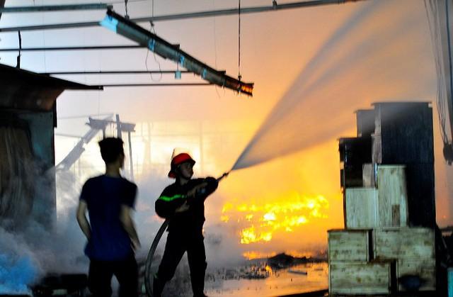 Lực lượng chức năng tiến hành phun nước chữa cháy.
