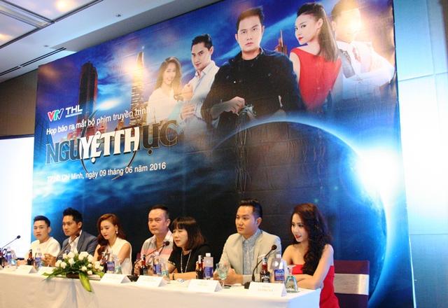 Ê kíp làm phim truyền hình 45 tập đề cập đến giới báo chí và showbiz tại buổi ra mắt.