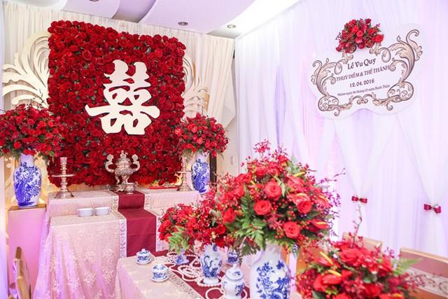 Không gian lễ vu quy ngập tràn hoa hồng. Thúy Diễm thích trưng loài hoa này trong ngày trọng đại vì nó thể hiện tình yêu nồng nàn, thắm thiết.