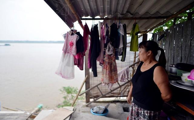 Bà Phạm Thị Bình chủ nhân ngôi nhà bị sạt xuống sông Hồng cho biết, ngay trong đêm bão số 3, đất dưới sàn nhà bỗng dưng sụt xuống từng mảng. Từng mảng tường rơi xuống sông trước sự sửng sốt của nhiều người dân. Rất may, gia đình bà đã di dời ra ngoài trước đó.