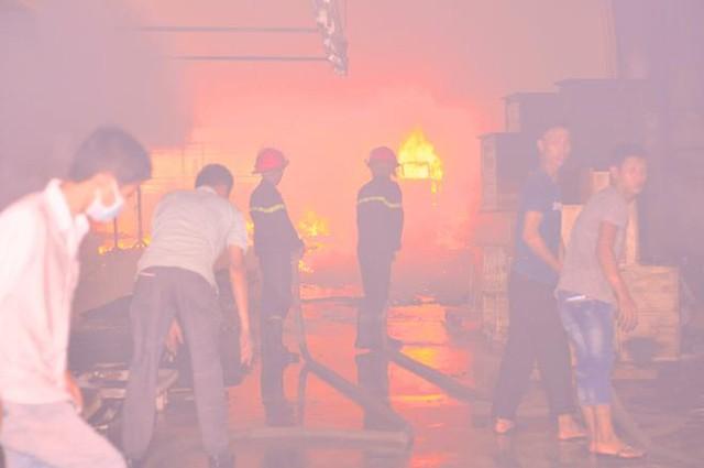 Công nhân cùng lực lượng tiến hành chữa cháy.