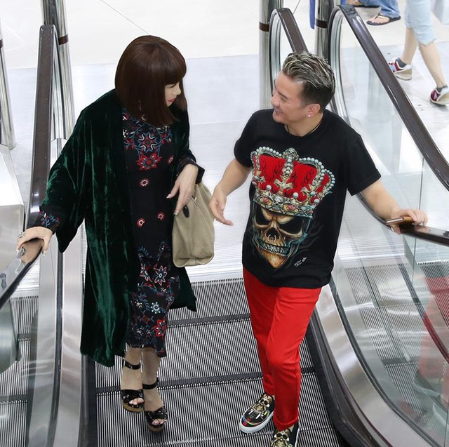 Cả hai say sưa trò chuyện khi bước vào trung tâm thương mại.