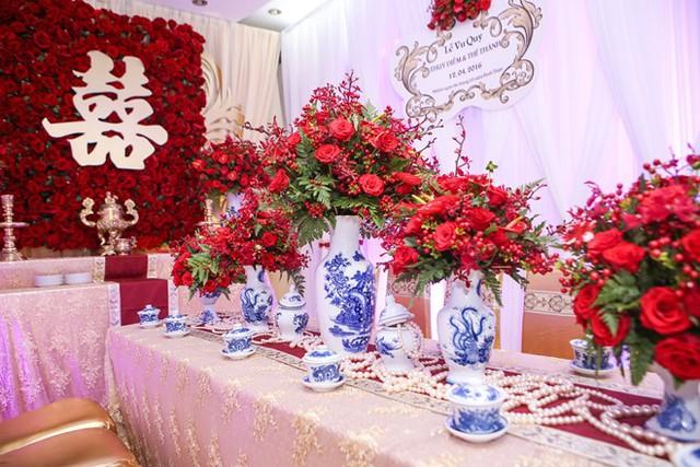 Không gian lễ vu quy mang nét truyền thống khi cô dâu dùng những bình hoa và ly kiểu cổ điển.