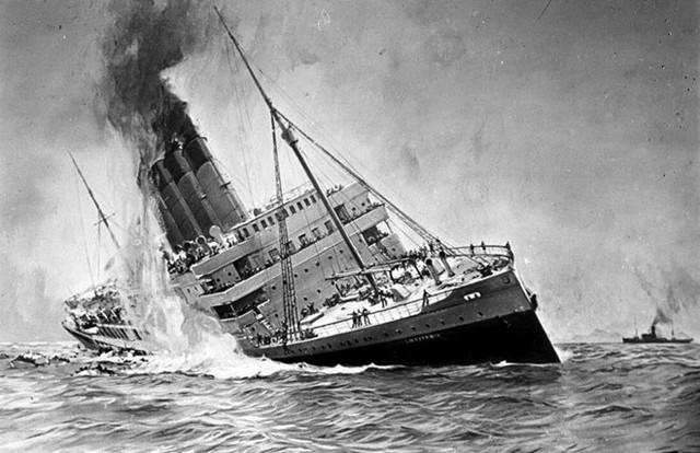 Tàu RMS Lusitania đi trên Đại Tây Dương (tuyến giữa Liverpool, Anh, và New York, Mỹ), từng được xem là nhanh và an toàn nhất hồi đầu thế kỷ XX. Bất chấp cảnh báo của Đức, sáng 1/5/1915, RMS Lusitania vẫn nhổ neo rời New York. Hậu quả, ngày 7/5, tàu va vào quả ngư lôi của Đức, phát nổ và chìm nhanh xuống lòng đại dương sau 18 phút, làm 1.198 người thiệt mạng.