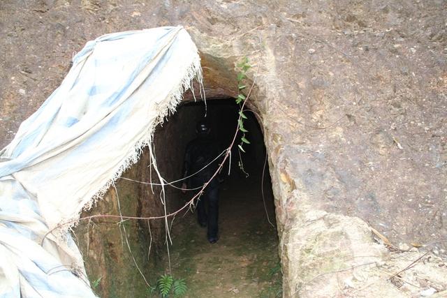 Ông Thuận cho biết thêm, việc đào hầm này từ năm 2009 và người dân ở đây ai cũng biết do hầm nằm sát đường giao thông...