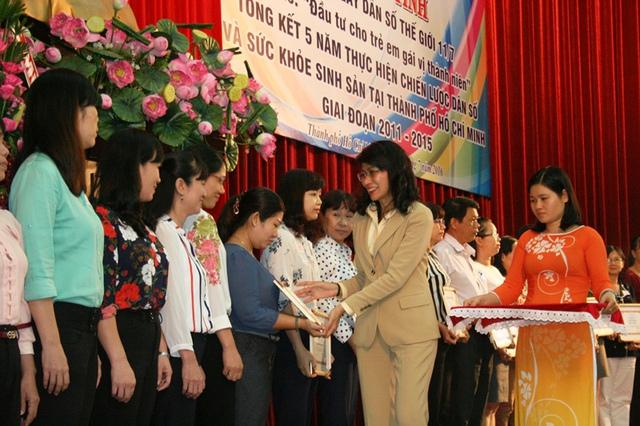 Phó Chủ tịch UBND TP.HCM Nguyễn Thị Thu trao bằng khen đến đại diện những tập thể đóng góp tích cực vào sự nghiệp Dân số trong 5 năm qua.