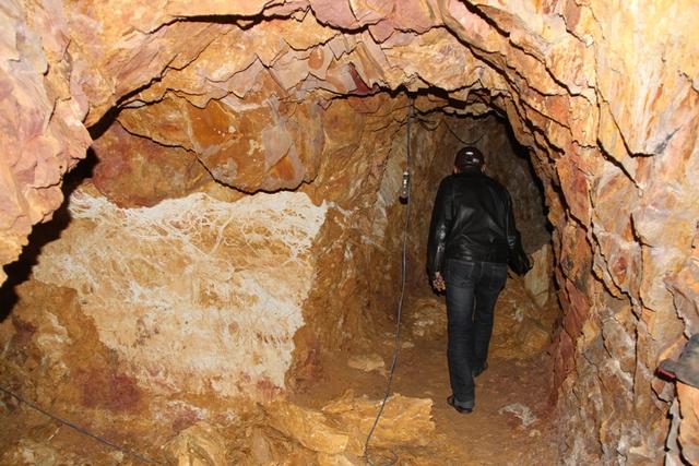 Bên trong hầm mới đào xong. Hầm dài khoảng hơn 50m, rộng khoảng 1,5m, cao khoảng 2m...