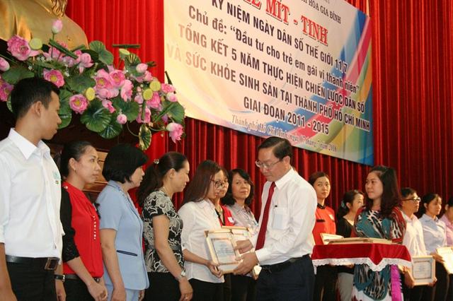 Lãnh đạo Sở Y tế TP.HCM - PGS.TS Nguyễn Tấn Bỉnh, người nói rằng sẽ hậu thuẫn ngành Dân số đô thị này bằng mọi nguồn lực có thể, đang trao bằng khen.