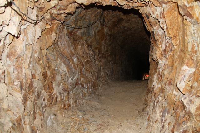 Theo ghi nhận tại hiện trường, bên trong hầm toàn là đá. Phải mất rất nhiều thời gian để đào hầm thông qua sau vườn nhà vì bên trong toàn là đá cứng. Hiện hầm mới xong phần thô, chưa hoàn thành, tối om..., một công nhân có mặt tại hiện trường cho biết
