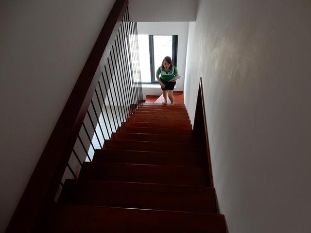 Cầu thang và sàn nhà được làm bằng gỗ...Ảnh: Đức Hoàng
