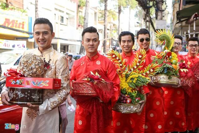 Dàn bưng tráp quả là bạn bè thân thiết của chú rể trong làng giải trí như Trương Nam Thành, Hòa Hiệp, Bá Thắng, Ngọc Thuận...