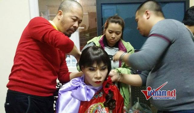 Nghệ sĩ Công Lý được các chuyên gia hóa trang cẩn thận trước khi ra diễn xuất.