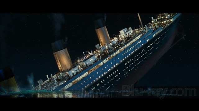 Titanic từng được mệnh danh con tàu khổng lồ, không thể chìm được, gặp nạn trong chuyến hạ thủy đầu tiên trên hành trình vượt Đại Tây Dương, từ Southampton, Anh, đến New York, Mỹ. Con tàu huyền thoại chìm do đâm vào tảng băng trôi lúc 23h40 đêm 14/4/1912 và chìm xuống biển sau chưa đầy 3 giờ đồng hồ. Chỉ 710 người may mắn được tàu RMS Carpathia cứu thoát trong tổng số 2.224 hành khách và thủy thủ đoàn. Ảnh minh họa: Bluray