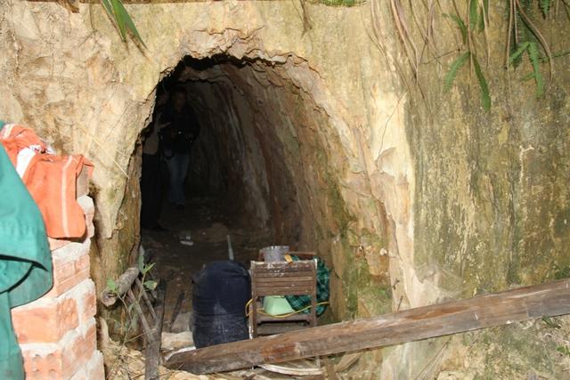 Cửa vào hầm phía sau nhà ông Bh'riu Liếc...