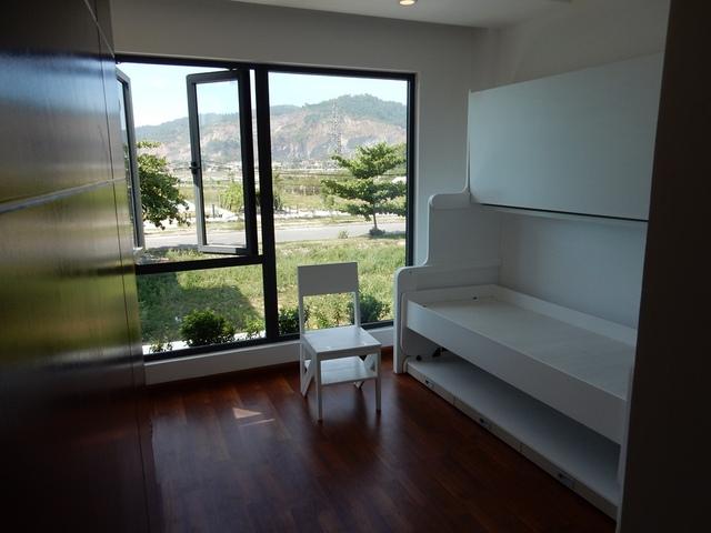 Nhà có 2 phòng ngủ chính và một giường ngủ cơ động ở tầng 1. Cùng với một phòng thờ, ban công ở tầng trên. Ảnh: Đức Hoàng