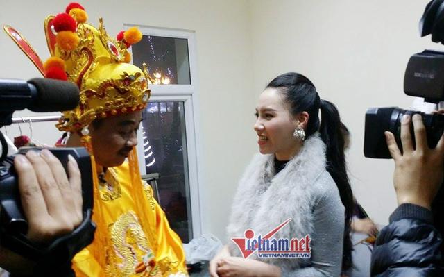 MC Minh Hà đang phỏng vấn Ngọc Hoàng Quốc Khánh.