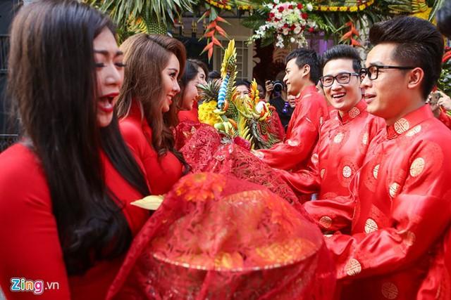Dàn bưng tráp hai nhà mặc áo dài màu đỏ nổi bật. Phía nhà gái là đồng nghiệp nổi tiếng của cô dâu như diễn viên Thanh Trúc, Tường Vi, Nguyệt Ánh...