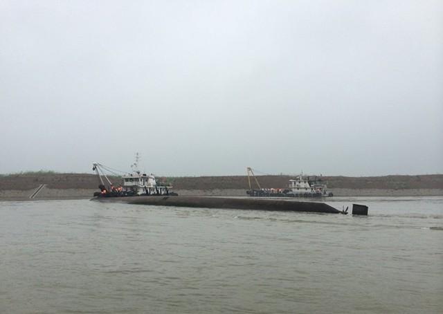 Ngày 1/6/2015, tàu Ngôi Sao Phương Đông của Trung Quốc chở 458 người gặp nạn và lật úp hoàn toàn trên sông Dương Tử. Tàu đang trong hành trình du lịch từ thành phố Nam Kinh đến Trùng Khánh. Nhà chức trách công bố nguyên nhân tai nạn là thời tiết xấu. 20 người sống sót và hơn 300 người vẫn còn mất tích, trong khi lực lượng cứu hộ đã tìm thấy thi thể của 65 nạn nhân. Ảnh: Reuters