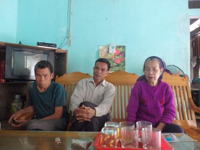 Ông Vi Văn Tình, Trưởng thôn Pà Cầu (ngồi giữa).
