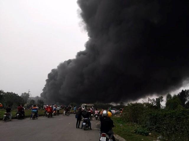 Cột khói bốc cao, bao trùm cả khu vực xung quanh nhà máy.